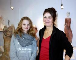 Schülerin Kira Hirsch von der Käthe-Kollwitz-Gesamtschule im Atelier der Künstlerin Heike Adner