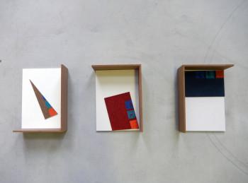 Sarah Wohler: Bausatz, mehrteilig, 2019, Latexfarbe auf Nadelfilz; Dispersionsfarbe auf Holzplatten, 43,1 cm x 31 cm x 12 cm